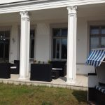 Strandkorb und Lounge Möbel auf der Terrasse